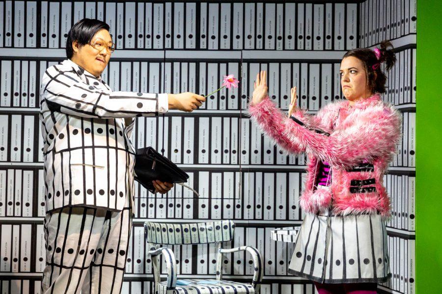 """Staatstheater Nürnberg / 2019Der Kleine Barbier - KinderOperKinderoper nach Gioachino Rossini von Johann Casimir Eule und Wiebke HetmanekKooperation mit dem Theater Pfütze und dem Theater ErlangenAltersempfehlung: 5-10 JahreBESCHREIBUNGEs ist doch zum Haare raufen: Da hat sich Almaviva bis in die Haarspitzen in die schöne Rosina verliebt und kann nicht mit ihr sprechen. Ihr misstrauischer Vormund Dr. Bartolo erlaubt ihr noch nicht einmal, zum Frisör zu gehen. Eine haarige Angelegenheit also! Da kann nur der gewitzte Barbier Figaro helfen ...Und dieser Figaro ist eine der bekanntesten Opernfiguren überhaupt. Er entstammt Gioachino Rossinis turbulenter Komödie """"Der Barbier von Sevilla"""", die zum festen Bestandteil des Opernrepertoires gehört. Nach dem Motto """"Große Oper für kleine Leute"""" haben die Autoren die Rossini'sche Vorlage für die Kinderoper auf sechzig Minuten gekürzt, die Handlung kindgerecht bearbeitet und die Rezitative durch Dialoge ersetzt. Die temporeiche und witzige Musik Rossinis ist aber im Wesentlichen erhalten geblieben, sie wird von einem Kammerensemble präsentiert.Und was macht Figaro? Er sprudelt nur so vor Ideen, um seinem verliebten Freund Almaviva zu helfen. Doch so manch einer seiner vermeintlich genialen Einfälle mag nicht so richtig funktionieren, und so muss der Barbier immer mal wieder auf die Hilfe der Kinder zurückgreifen. Auf diese Weise sind die kleinen Zuschauer nicht nur mitten im Geschehen, sondern sie erleben die Musik auch als selbstverständlichen Bestandteil der Geschichte. Die Kinderoper """"Der kleine Barbier"""" ist nicht nur ein ideales Stück für Opern-Einsteiger, sondern in der kurzweiligen Inszenierung von Ulrich Proschka und der witzigen Ausstattung von Christine Knoll ein lebendiges und spannendes Musiktheater für die ganze Familie.TEAMMusikalische Leitung: Andreas PaetzoldInszenierung: Ulrich ProschkaBühne und Kostüme: Christine KnollBESETZUNGMusikalische"""